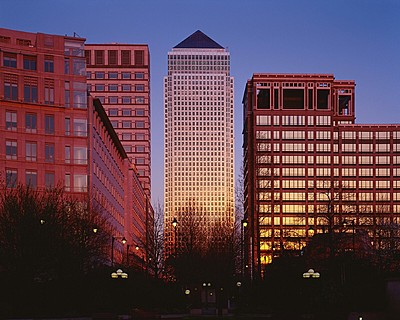 Four Seasons Hotel London at Park Lane > Exterior view of Canary Wharf, the main tower, at dusk. > Para Four Seasons será un placer ayudarle a personalizar un itinerario para su grupo.