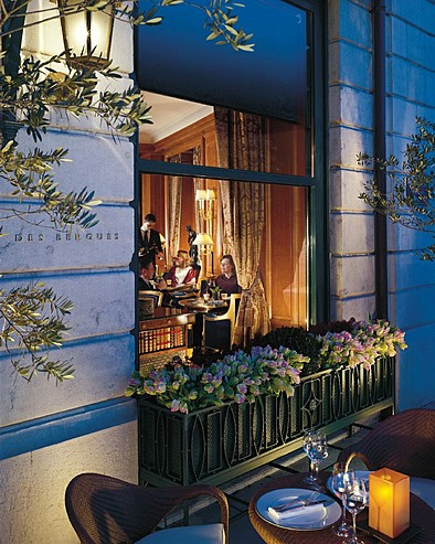 Hôtel Four Seasons des Bergues Genève > Exterior shot of Le Bar de Bergues with people inside