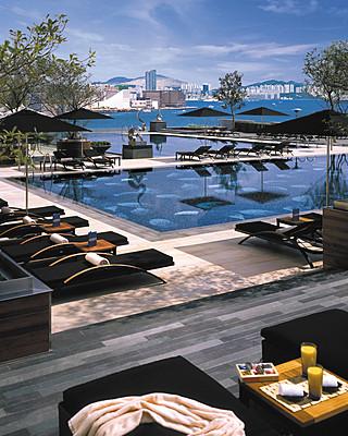 Four Seasons Hotel Hong Kong - プール 当ホテルの4つのプールは、都会の喧騒から離れた静かなオアシスです。ゆったりとひと泳ぎするにはインフィニティエッジ構造のフリーフォームプール、運動目的ならラッププール、リラックスするにはプランジプール、またハーバーの壮大な景色をご満喫いただけるワールプールがございます。冬期は温水プールになるほか、インフィニティエッジプールとラッププールは水中で音楽を楽しめるようスピーカーを備えています。12歳以上のお客様をご利用対象者としていますが、12歳未満のお子様も大人の同伴があればご利用いただけます。  オープンエアのPool Terraceは、ホテル滞在のお客様に限りご利用いただけ、軽めのお食事やスナックをご用意しています。.