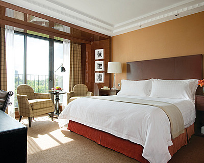 Four Seasons Hotel London at Park Lane > Deluxe Room  > En un edificio de 11 pisos totalmente reformado, el nuevo  Four Seasons Hotel London de 5 estrellas en Park Lane ofrece 192 habitaciones de lujo que incluyen 45 suites de 1, 2 y 3 habitaciones, algunas con hogares y terrazas privadas.