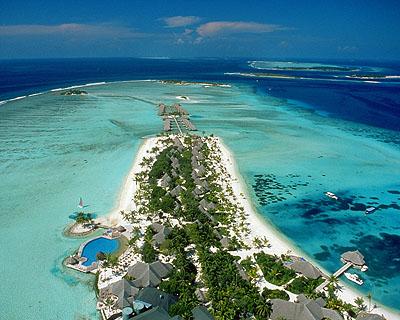 جزيرة تكون في مجملها 26 مقاطعه من الشعب المرجانية تنتشر