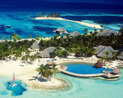 هي السائدة بين السكان ,وقد دخلت السياحة في هذة الجزر