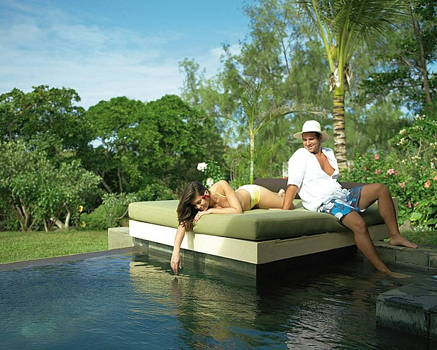 Resort Four Seasons Mauritius at Anahita > Couple on day bed at plunge pool