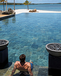 Resort Four Seasons Mauritius at Anahita > Pool > La piscine à débordement se trouve sur l&#39
