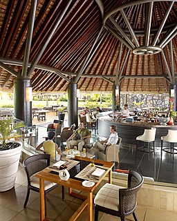 Resort Four Seasons Mauritius at Anahita > Le Club Restaurant > Situé au sein du Golf Clubhouse, Le Club surplombe le 18e trou.