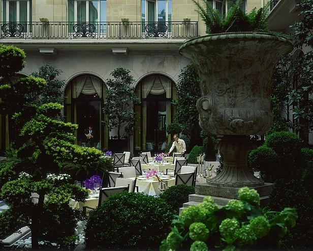 Hôtel Four Seasons George V Paris > Courtyard set for lunch with waiter and Maitre'd.