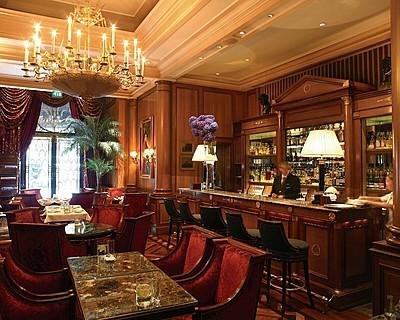 Hôtel Four Seasons George V Paris > Le Bar > Goûtez les plats qui ont valu au restaurant Le Cinq d'être récompensé par deux étoiles au guide Michelin  – ou optez pour un menu dégustation, sans prendre de risques.
