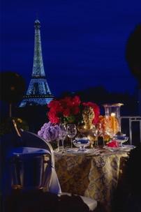 Hôtel Four Seasons George V Paris > Romantic dinner set-up on private balcony > Un magnifique palais orné d'objets d'art situé à quelques mètres des Champs-Elysées.